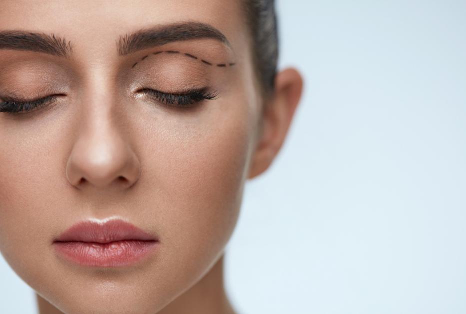 Blepharoplasty and eyelid surgery procedure